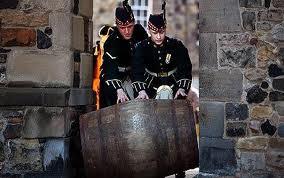 Các nhân viên đưa rượu vào hầm chứa để ủ lấy tuổi