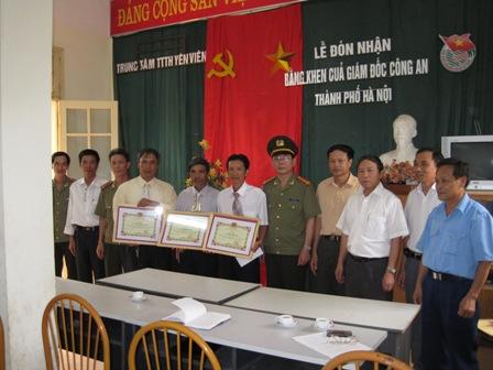 Trao phần thưởng của CATP Hà Nội cho đội bảo vệ công ty