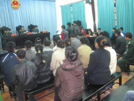 Phiên tòa công khai xử 6 đối tượng cắt phá đường dây TTTHĐS và quân sự