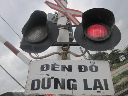 Cả cột tín hiệu đường ngang có gác cũng chịu chung số phận nguyên nhân là lái xe cố tình vượt ẩu khi chắn đã đóng, đèn tín hiệu báo có tàu